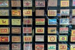 Bangkok Thailand - Sept 24, 2018: Retro samling av thail?ndska t?ndsticksaskar f?r tappning arkivfoto