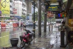 BANGKOK THAILAND-SEPT 25TH: Sukhumvit väg under en häftigt regnnolla Royaltyfria Bilder