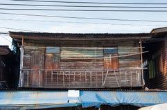 BANGKOK, THAILAND - 15. SEPTEMBER: Balkon des lokalen hölzernen buildin Stockfotos