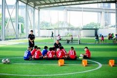 BANGKOK, THAILAND - SEPTEMBER 16, 2018: De jonge geitjes genieten van opleidend en speel voetbal stock foto