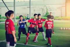 BANGKOK, THAILAND - SEPTEMBER 16, 2018: De jonge geitjes genieten van opleidend en speel voetbal royalty-vrije stock afbeeldingen