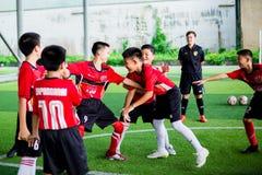 BANGKOK, THAILAND - SEPTEMBER 16, 2018: De jonge geitjes genieten van opleidend en speel voetbal royalty-vrije stock foto's