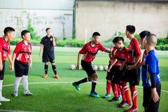BANGKOK, THAILAND - SEPTEMBER 16, 2018: De jonge geitjes genieten van opleidend en speel voetbal royalty-vrije stock fotografie