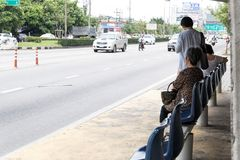 BANGKOK THAILAND - 09,2017 SEPTEMBER: De mensen ` die s de bus wachten bij bushalte in Bangkok Thailand Stock Fotografie