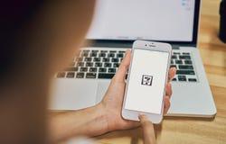 Bangkok, Thailand - September 19, 2017: De telefoon die van de vrouwenholding Seven Eleven het online app scherm tonen Stock Afbeeldingen