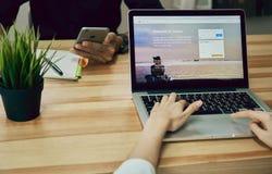 Bangkok Thailand - September 6, 2017: Kvinnor som använder för den Twitter för bärbara datorn öppen visning applikationen på skär Royaltyfri Bild