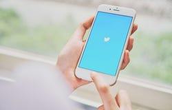 Bangkok Thailand - September 19, 2017: Kvinnor som använder för Twitter för telefon öppen visning applikation på skärmen Fotografering för Bildbyråer