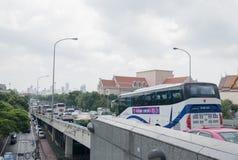 BANGKOK, THAILAND - SEPTEMBER 30: Opstopping op de hoofdweg Stock Foto's