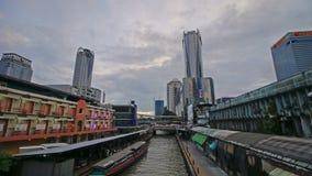Bangkok Thailand - September 20, 2018: Pratunam för fartyg för Timelapse trans. uttrycklig pir på skymning stock video