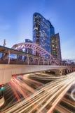 Bangkok, Thailand - 16. September 2016: Sathorn-Quadrat an Station Chong Nonsis BTS nachts mit Straßenlaterne Lizenzfreie Stockbilder