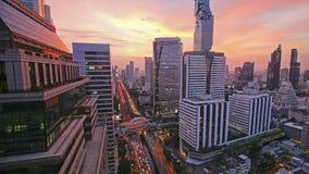 BANGKOK THAILAND - September 19, 2018: Timelapse Bangkok Cityscape av den moderna kontorsaffären på solnedgången arkivfilmer