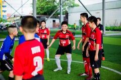 BANGKOK THAILAND - SEPTEMBER 16, 2018: Ungar tycker om utbildning och att spela fotboll Arkivfoto