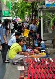 Bangkok Thailand: Silom vägförsäljare Arkivfoto