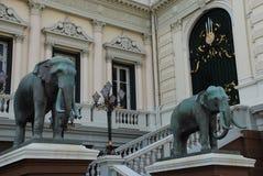 Bangkok Thailand - 12 25 2012: Skulpturer av stora elefanter i en buddistisk tempel arkivfoto