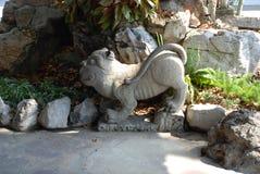Bangkok Thailand - 12 25 2012: Stenskulptur av ett lejon i en buddistisk tempel arkivbilder