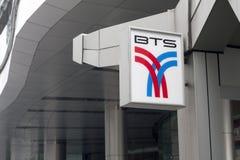 BANGKOK, THAILAND - 25TH SEPT.: BTS-teken buiten Asoke Skytrain s Royalty-vrije Stock Foto's