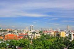 Bangkok Thailand 5th September 2008 sikt på på staden av Bangkok med den Dharmacakra flaggabuddismen - apelsin och flagga Arkivfoto