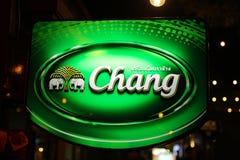 Bangkok, Thailand 1/11/2018: Thailändisches Bier, Chang Beer-Logo auf Aufkleber lizenzfreie stockfotos