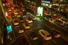 BANGKOK THAILAND - trafikstockning i stadsmitt på natten Arkivfoton