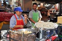 Bangkok Thailand: Två försäljare som säljer gatamat arkivbild