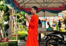 Bangkok Thailand: Ung Monk på Wat Arun Royaltyfri Bild