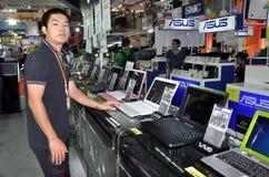 Bangkok, Thailand: Verkoper met de Computers van Sony stock foto's