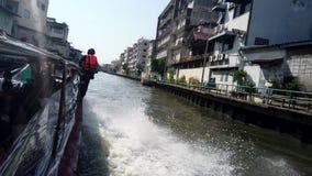 Bangkok, Thailand - 2019-03-03 - Verzendende Kanaalschippassen onder Brug stock videobeelden