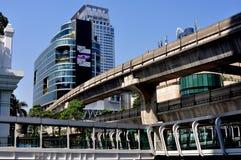 Bangkok Thailand: Zen Dept. Lagra & Skytrain arkivfoton
