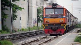 Bangkok, Thailand-Zug kommen zu Bahnhof stock footage