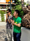 Bangkok, Thailand: Zwei betende Männer Stockbilder