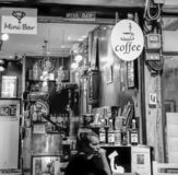 Bangkok - 2010: Thaise vrouwen die in een lokale koffie en een minibar zitten stock foto's