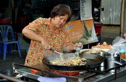 Bangkok, Thaïlande : Femme faisant cuire la garniture thaïe Photo libre de droits