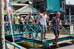 Bangkok, Thaïlande : Les gens sur le pilier de bateau Photos stock