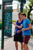 Bangkok, Thaïlande : voyageurs regardant la carte Image libre de droits