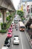 Bangkok trafik i Thanon Sukhumvit Arkivfoto