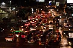 Bangkok trafik på natten royaltyfri bild