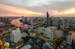 Bangkok-Transport an der Dämmerung mit dem modernen Geschäft, das alo errichtet Lizenzfreie Stockfotografie