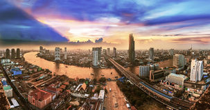 Bangkok-Transport an der Dämmerung mit dem modernen Geschäft, das alo errichtet Stockfotografie