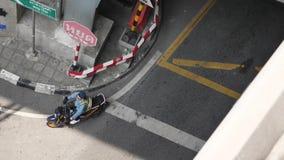 Bangkok tunneltrafiken Se till och med en rektangulär skyddsgaller, central av Thailand Väg och tunnel Bangkok trafik lager videofilmer