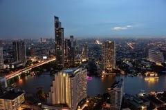 Bangkok und Chao Phraya River während der Nacht stockfoto