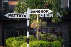 Bangkok- und Pattaya-Zeigerzeichen für Touristen Thailand-Stadtwegweiser Stockbild