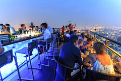 Bangkok van een dak hoogste bar die 's nachts wordt bekeken Stock Foto