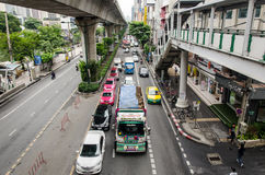 Bangkok, verkeer in Thanon Sukhumvit Royalty-vrije Stock Foto
