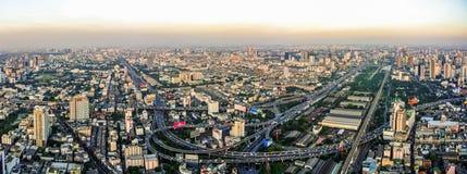 Bangkok-Vogelperspektive mit Sonnenunterganglicht lizenzfreies stockbild