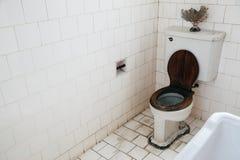 Bangkokian博物馆民间房子的老卫生间在曼谷,泰国 免版税库存图片