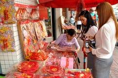 Bangkokl, Tailandia: Mujeres que compran decoraciones Imagenes de archivo