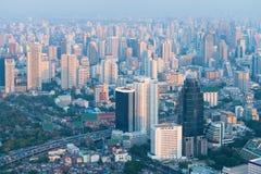 Bangkoks gedrängte Skyline im dunstiger, früher Morgen-Licht Stockbilder