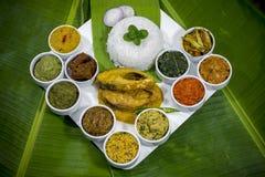 Bangla烹调Vorta, vaji、鱼咖喱和菜用咖哩粉调制盛肉盘 图库摄影