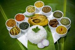 Bangla kokkonst Vorta, vajien, fiskcurry och grönsaker ryktar uppläggningsfatet Arkivfoto