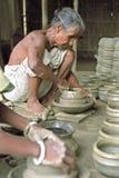 Bangladeschischer älterer Töpfer bei der Arbeit in den Tonwaren Stockfotografie